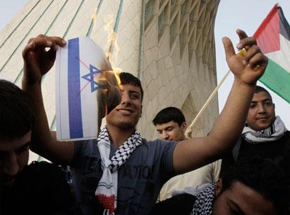 דגל פלסטין מונף, דגל ישראל נשרף (צילום: AP)