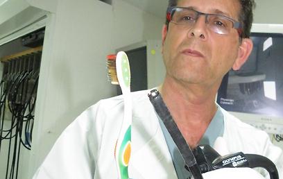 הרופא המחלץ עם מברשת השיניים (צילום: אלי דדון)