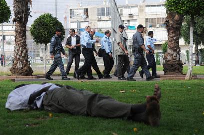 השר אהרונוביץ' מסייר בדרום תל אביב (צילום: ירון ברנר)