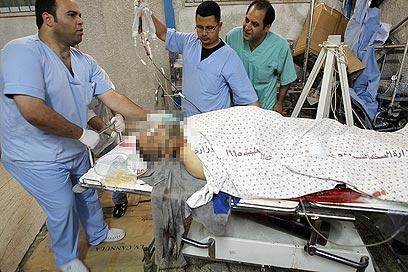 אחד מפצועי התקרית בבית החולים בעזה (צילום: AFP)