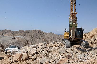 העבודות להקמת הגדר. נתקלו בקשיים הנדסיים (צילום: אריאל חרמוני, משרד הביטחון)