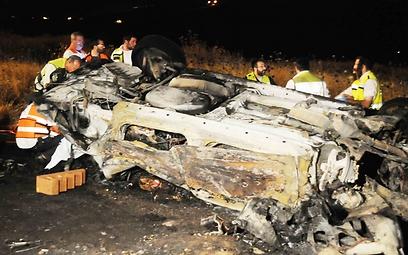 """שרידי הרכב שהתהפך ונשרף. """"בער כמו לפיד"""" (אביהו שפירא)"""