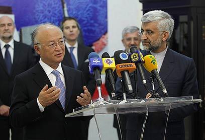 """ראש סבא""""א ונציג איראן לשיחות הגרעין (צילום: AP)"""