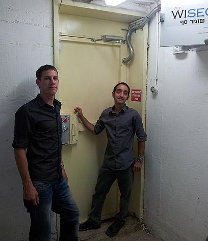 צליח וקראוס בכניסה למקלט (צילום: עטר פרי)