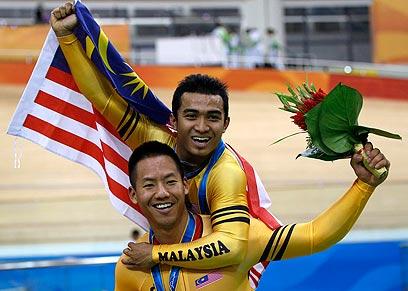 אוואנג וחברו לנבחרת באליפות אסיה (צילום: רויטרס)