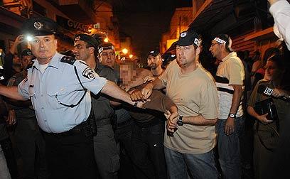 שני חזיזים הושלכו לעבר השוטרים (צילום: ירון ברנר)