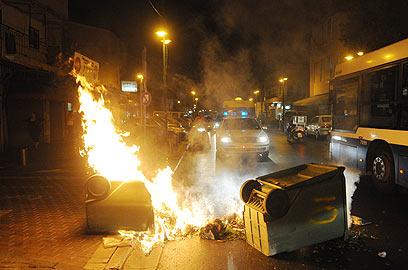 מבעירים פחי אשפה בהפגנה נגד הזרים בתל-אביב (צילום: ירון ברנר)