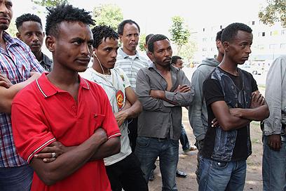 """מהגרים מאפריקה בדרום תל אביב. """"ויפה שעה אחת קודם"""" (צילום: עופר עמרם)"""