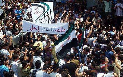 הפגנה נגד אסד וקופי אנאן, אתמול בחולה (צילום: AFP PHOTO / HO / SHAAM NEWS NETWORK)