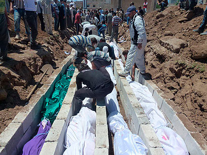 Burial of Houla massacre victims (Photo: Reuters)
