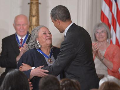אובמה מעניק את מדליות החירות (צילום: AFP)