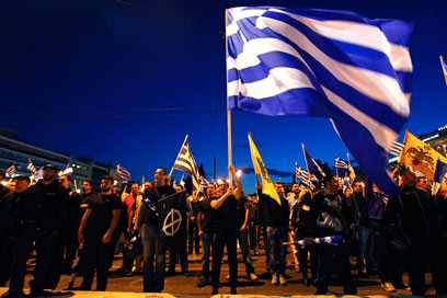 """תומכי מפלגת """"השחר המוזהב"""", אמש במרכז אתונה (צילום: רויטרס)"""