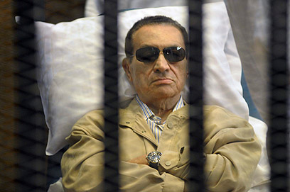 מובארק בכלוב הנאשמים בבית המשפט (צילום: AP)