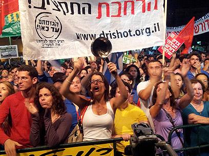 דופקים על סירים בהפגנה בתל אביב (צילום: מוטי קמחי)