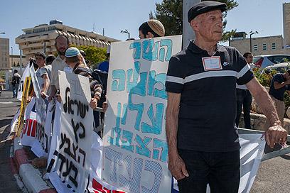 תושבי שכונת האולפנה מפגינים בירושלים, היום (צילום: אוהד צויגנברג)