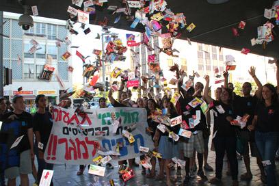 הכרטיסים שנאספו הושלכו בכניסה לבניין העירייה. תל-אביב, אמש (צילום: רון בארי)
