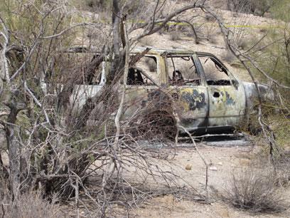 הרכב השרוף שבו נמצאו הגופות (צילום: רויטרס)