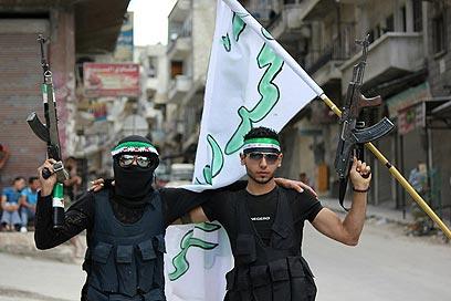 המורדים יקבלו גם צילומי לוויין ומידע מודיעיני מפורט על תנועות כוחות הצבא (צילום: AFP PHOTO/ HO/SHAAM NEWS NETWORK)