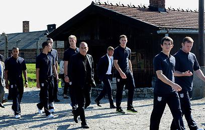 הנבחרת האנגלית בביקור באושוויץ-בריקנאו (צילום: AFP)