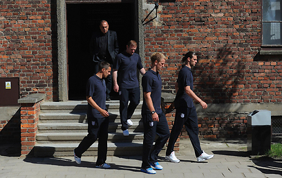 ביקור מצמרר. שחקני אנגליה וגרנט במחנה ההשמדה (צילום: AFP)