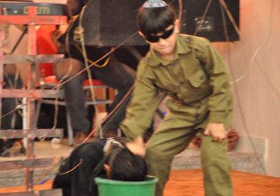 """ילד מחופש לחייל צה""""ל """"מטביע"""" אסיר פלסטיני במסיבת הסיום"""