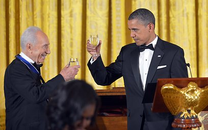 הרמת הכוסית לכבוד פרס, בטקס הלילה (צילום: AFP)