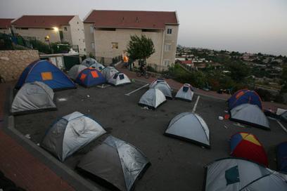 נערכים לפינוי. אוהלים בגבעת האולפנה (צילום: גיל יוחנן)