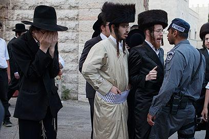 """""""שאבעס""""! שוטר מול מפגינים, היום בירושלים (צילום: אוהד צויגנברג)"""