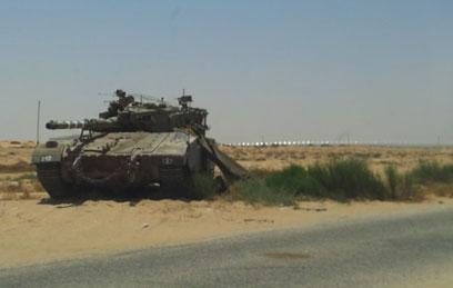 הטנק ליד הגבול, היום אחרי הפיגוע (צילום: יואב זיתון)