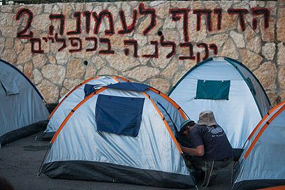 אוהלים של הממתינים לכוחות הביטחון היום בשכונה (צילום: אוהד צויגנברג)