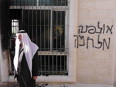 כתובות על המסגד, הבוקר בכפר ג'אבה (צילום: איאד חדד, בצלם)