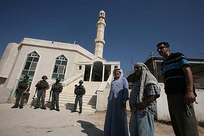 תושבים ליד המסגד (צילום: גיל יוחנן)