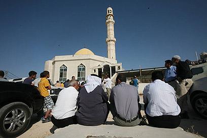 התכנסות ליד המסגד, הבוקר (צילום: גיל יוחנן)