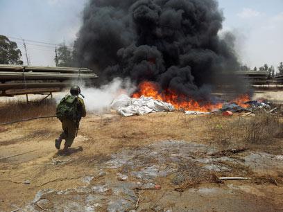 אש פרצה במקום נפילת הרקטה (צילום: יואב זיתון)