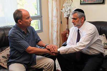 אלי ישי ואביו של מישר יוחאי דיין, היום (צילום: אבישג שאר-ישוב)