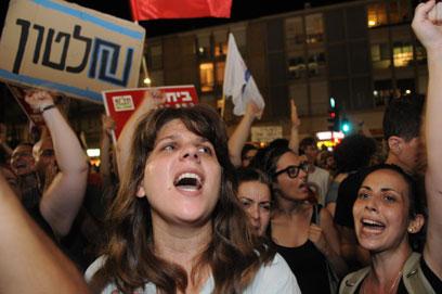 דפני ליף בהפגנה הלילה בתל-אביב (צילום: ירון ברנר)