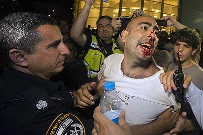 """עימות אלים בתל אביב. """"המשטרה לא השתנתה"""" (צילום: AFP)"""
