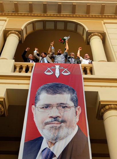 עושים כבוד לנשיא החדש של מצרים (צילום: AP)