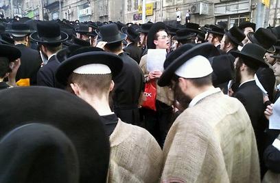 לובשים שק  (צילום: שמואל בן ישי, חדשות 24)