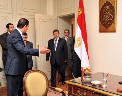 מורסי נכנס ללשכת מובארק. אתגר פוליטי (צילום: AFP, EGYPTIAN PRESIDENCY )