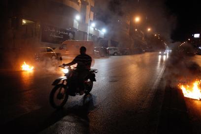 מעצרו של אחד התוקפים עורר מהומות והביא לחסימת כבישים בידי מפגינים (צילום: AFP)