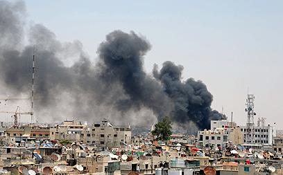 פעולה של מחבלים. עשן מיתמר מעל אזור הפיצוץ (צילום: רויטרס)