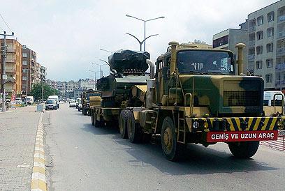 """סוללות הנ""""מ של צבא טורקיה בדרך לגבול הסורי (צילום: AFP)"""