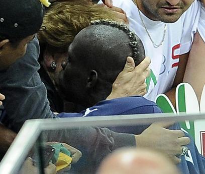 באלוטלי ואמו המאמצת, סילביה, רגע אחרי הניצחון על גרמניה (צילום: EPA)