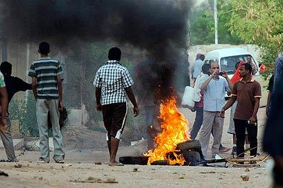 מפגינים הבעירו צמיגים בחרטום (צילום: AP)