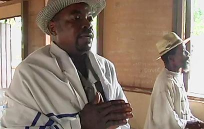 תפילה בבית הכנסת בניגריה