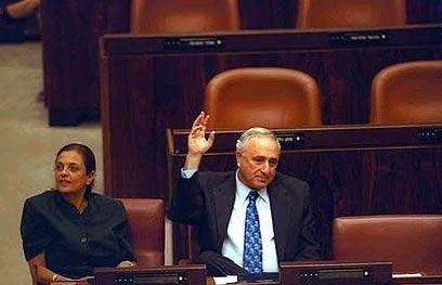 """אמנון ליפקין-שחק בשולחן הממשלה עם יולי תמיר (צילום: אבי אוחיון, לע""""מ)"""