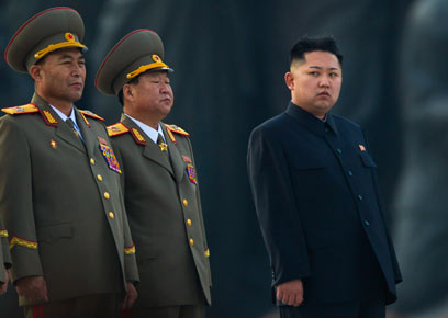 מנהיג צפון קוריאה קים ג'ונג און עם מפקדי הצבא                      (צילום: AP)