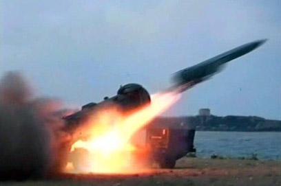צבא סוריה מתרגל שיגור טילים (צילום: EPA)