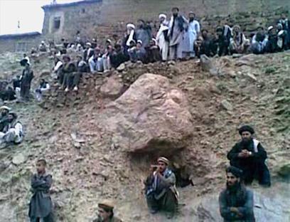 אנשי טליבאן מוציאים להורג באפגניסטן אישה שהואשמה בניאוף (צילום: AFP PHOTO / Parwan Provincial Government)